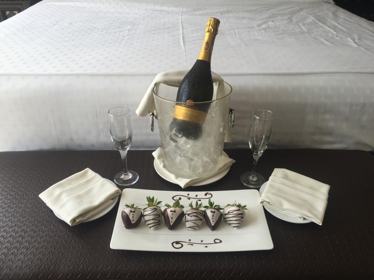 chocolate_strawberries_champagne_anniversary_hotel_room-1285722.jpg!d