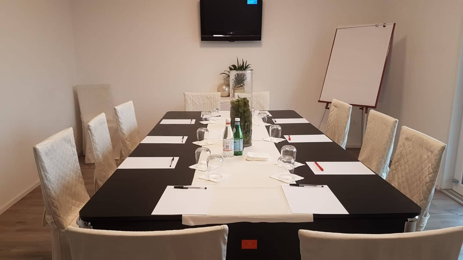 https://ristorantehotelpetrarca.it/wp-content/uploads/2019/01/sala_meeting_hotel_petrarca_boarapisani.jpg
