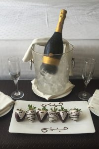 chocolate_strawberries_champagne_anniversary_hotel_room-1285722.jpg!d