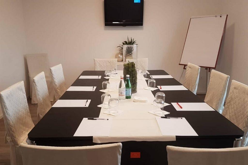 https://ristorantehotelpetrarca.it/wp-content/uploads/2019/01/sala_meeting_hotel_petrarca_boarapisani.jpg